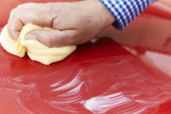 VIKTIG VÅRPUSS: Å polere bilen forhindrer rustangrep og får lakken til å skinne igjen. (Foto: Colourbox)