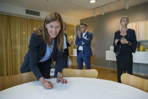 Ingrid Janbu Holthe i If signerer avtalen med Santander