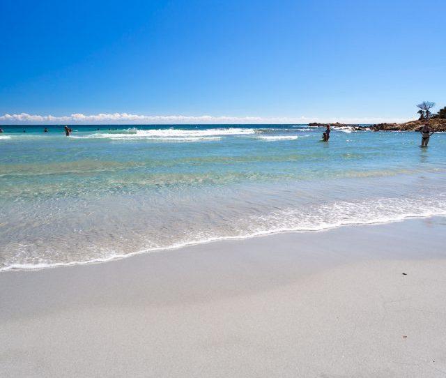 Il Mare Celeste E Incontaminato Nella Spiaggia Di Cala Ginepro