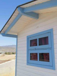 cabaña azul y blanca