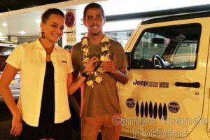 Filipe Toledo na chegada ao Taiti. – Foto: Divulgação
