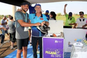 Abel Rahal posa com doador – Foto: Luiz Doro/adorofoto