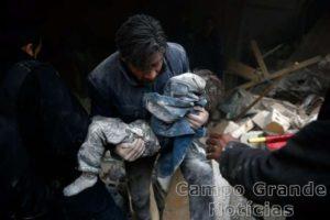 Homem resgata criança de escombros na cidade de Ghouta, na Síria, bombardeada por aviões russos – Foto: Reuters