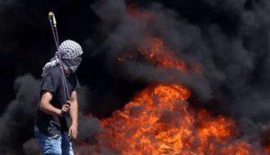 Manifestantes palestinos entraram em confronto nesta sexta-feira (29/04) com forças de segurança de Israel, na cidade de Nablus, na Cisjordânia, contra a desapropriação de suas terras – Foto: Jaafar Ashitiye/AFP