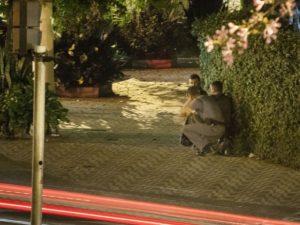 Policiais militares se posicionam nas imediações da empresa de valores em Santos (SP), e trocam tiros com os assaltantes – Foto: Tammy Cabral/Cortesia
