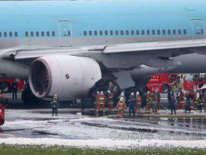 Bombeiros e especialistas avaliam o avião da Korean Air, cujo motor pegou fogo na madrugada desta sexta-feira (27/05) no Aeroporto de Tóquio, no Japão. – Foto: Koji Sasahara/Reuters