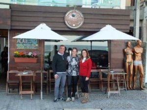 Giancarlo, Geórgia e Valéria, proprietários do estabelecimento comercial – Foto: Divulgação