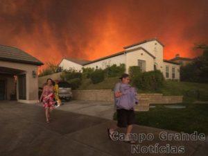 Moradores assustados com o incêndio começaram a deixar suas casas em Santa Clarita, no Sul da Califórnia (EUA), na tarde deste sábado (23/07) - Foto: David Mcnew/AFP