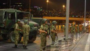 Militares do Exército Turco bloqueiam uma ponte sobre o Estreito de Bósforo, em Istambul, que liga a Ásia com a Europa – Foto: Stringer / Reuters