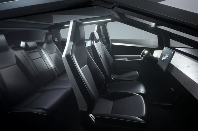 O interior tem tela de 17 polegadas e um volante futurista (Foto: Divulgação)
