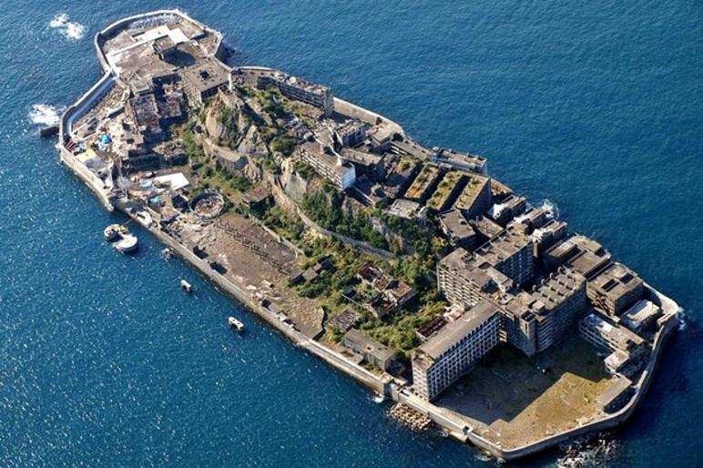 A ilha de Hashima lembra um encouraçado quando vista por cima (Foto: Wikicommons/Reprodução)