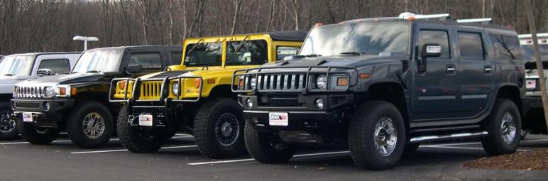 Hummer H1 (à esquerda) e Hummer H2 (à direita), produzidas na década de 2000 (Foto: Wikimedia Commons)