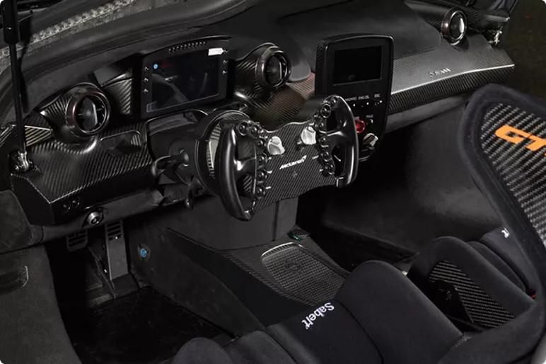 O Senna GTR ostenta fibra de carbono no exterior e no interior (Foto: Divulgação)