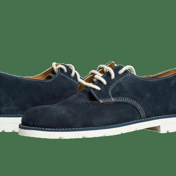 Zapato artesanal en cuero gamuzado azul con suela de caucho blanco