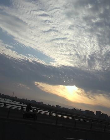 自転車で長柄橋を渡った図、やはり2時間も走るとたまにはにわか雨も・・・。
