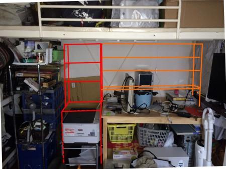 【デザイン】プリンターの上に「プリンターの7割」くらいの奥行きの板を置く(3Dプリンターとか置きたい)、その上(と、隣のテーブルの奥)には『文庫くらいの』奥行きの棚を作ります。これらは地面に直で立てることで、テーブルを簡単に動かすことが出来ます。