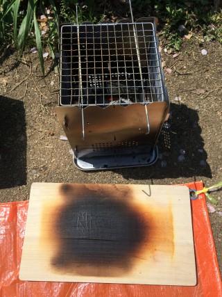 【下敷きも燃える勢い】炭を使ったら、ステンレスのパッドの下に引いたまな板まで熱が貫通した。