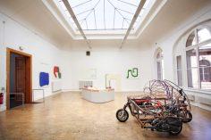 Ausstellungsraum auf der Brühlschen Terrasse mit Werken von Amanda Ziemele und Lion Hoffmann