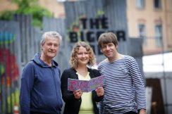 Der künstlerische Leiter Helmut Raeder und die künstlerischen Mitarbeiter Dana Bondartschuk und Robert Lewetzky (v. l.) mit dem aktuellen Programmheft.