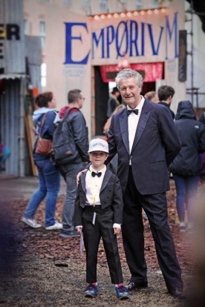 Der künstlerische Leiter Helmut Raeder berät das Publikum zusammen mit dem 6-jährigen Jukka als Direktoren des Festivals.