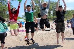 Fiture 1 Group Members Jumping on the Beach 图1 小组成员在沙滩上蹦蹦跳跳
