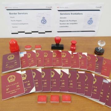 Hộ chiếu sửa đổi và con dấu Trung Quốc giả bị Cục Biên giới Canada tịch thu ở các văn phòng của Xun Wang trong cuộc điều tra. (Ảnh: CBSA)