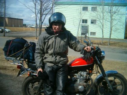 Don't have an Aerostich? Granddad's old rain jacket would have to do. Note the two-tone paint on the KZ550, plus fork boots. And. the bungeed-down gym bag. Talk about a classy ride.