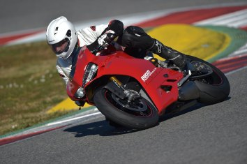 15-Ducati-1299PanigaleS_track_leftfront2