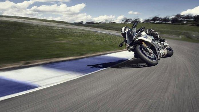 15_Yamaha_R1-sliding