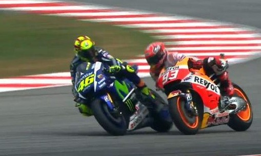Rossi looks at Marquez as the latter tries to squeeze into the rapidly diminishing track space left to him, moments before crashing. Screen grab : MotoGP.com