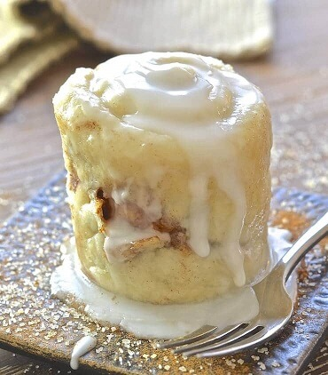 cinnamon roll cake in a mug