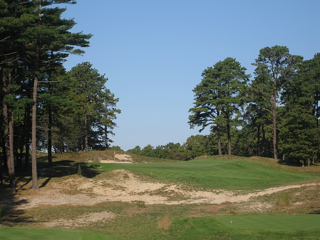 The par-3 8th is another point where the course emerges from the potato fields.