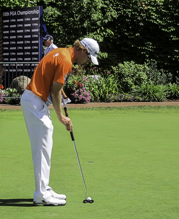 Canadian David Hearn gets in some extra putting after an up-and-down 3rd round of 1-over 71.