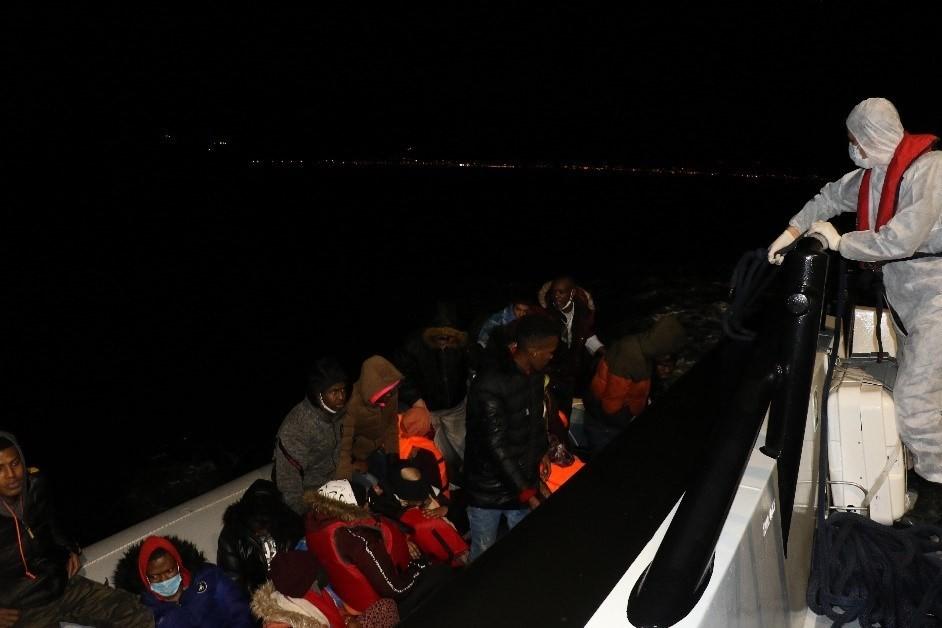 Çanakkale açıklarında 23 düzensiz göçmen kurtarıldı