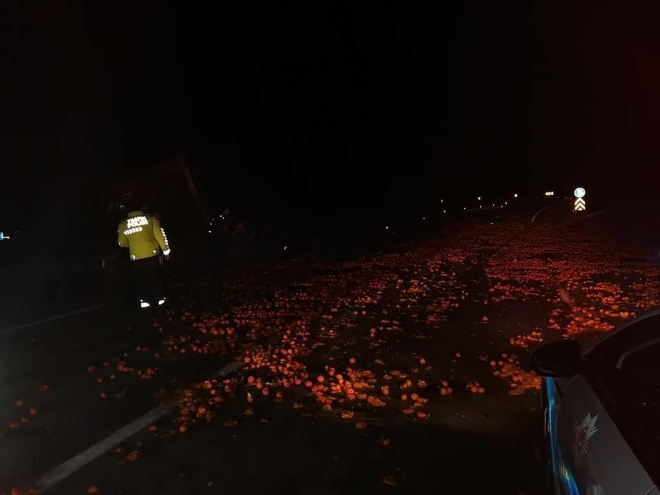 Çanakkale'de meyve yüklü kamyon yan yattı, ortalık savaş alanına döndü
