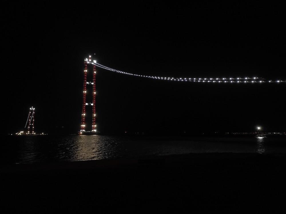 Yeni yılın ilk dakikalarında 1915 Çanakkale Köprüsü ışıl ışıl