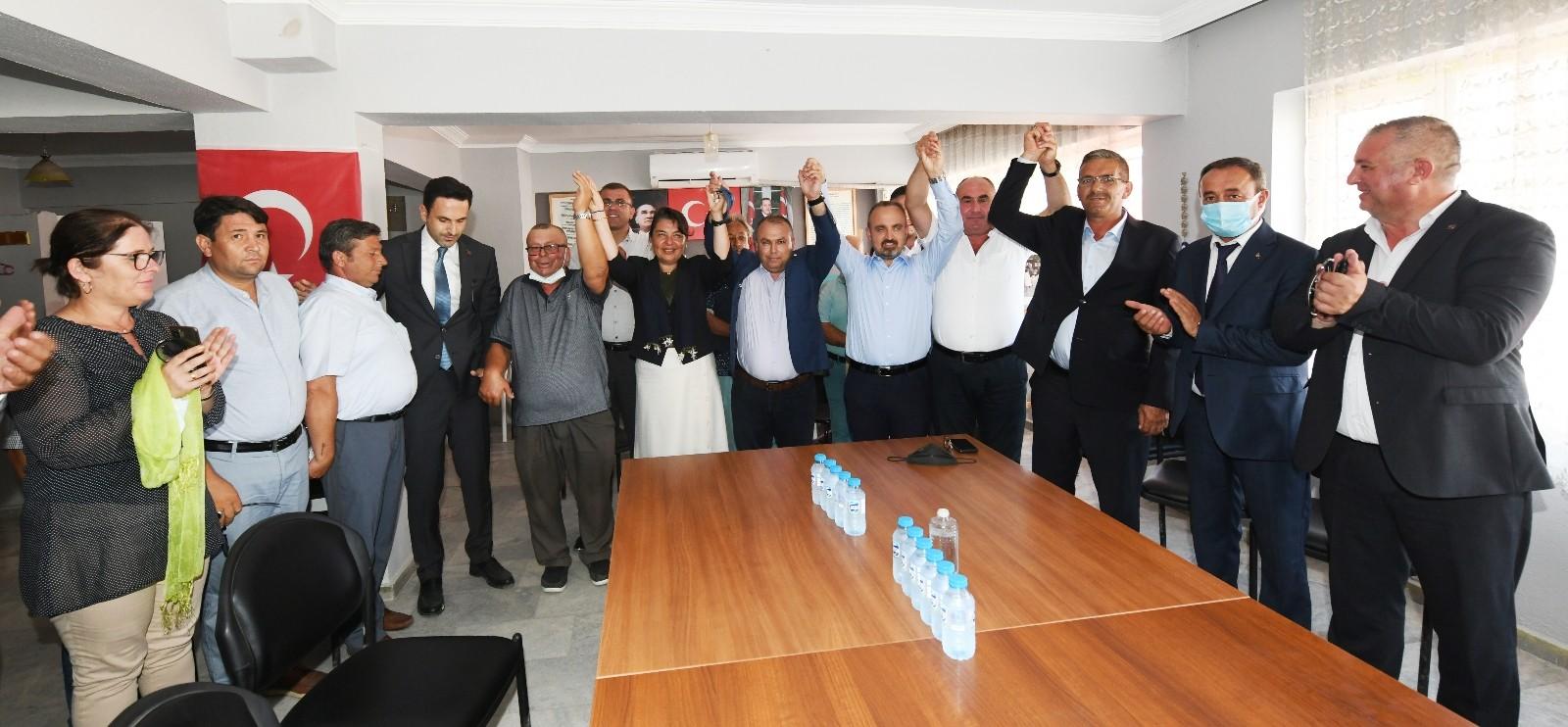 CHP'den AK Parti'ye geçen meclis üyelerine rozetleri takıldı