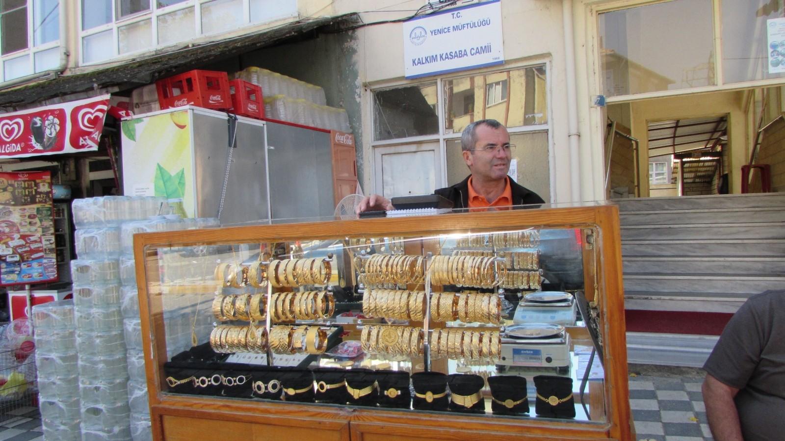 (Özel) Simit satar gibi altın bilezik satıyor…40 yıllık seyyar kuyumcu görenleri şaşırtıyor