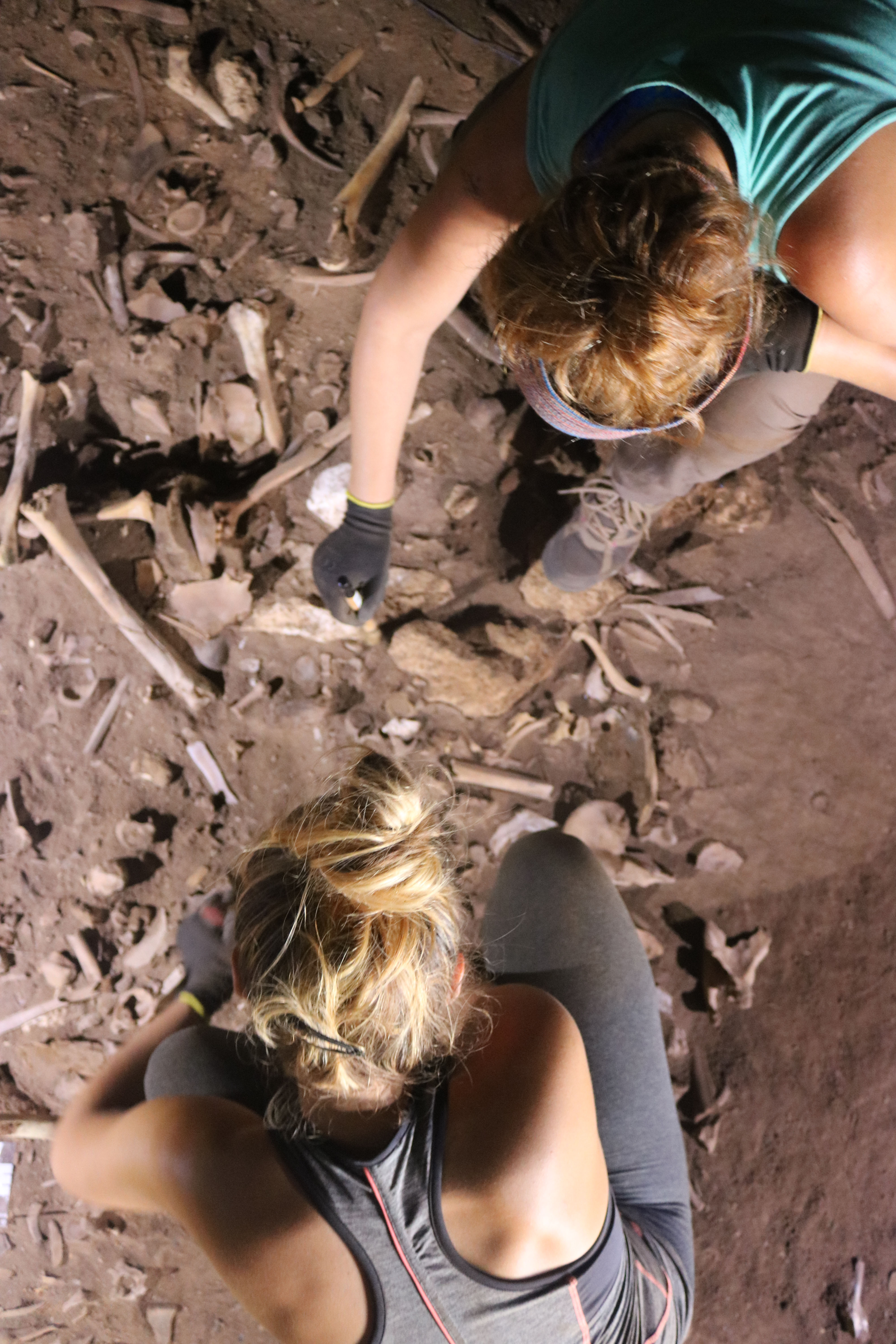 The archaeologists Dr. Eva Alarcón y Dr. Alba Torres working at the excavation site in Biniadris Cave