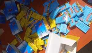 Boites de médicaments sur une table de la gendarmerie