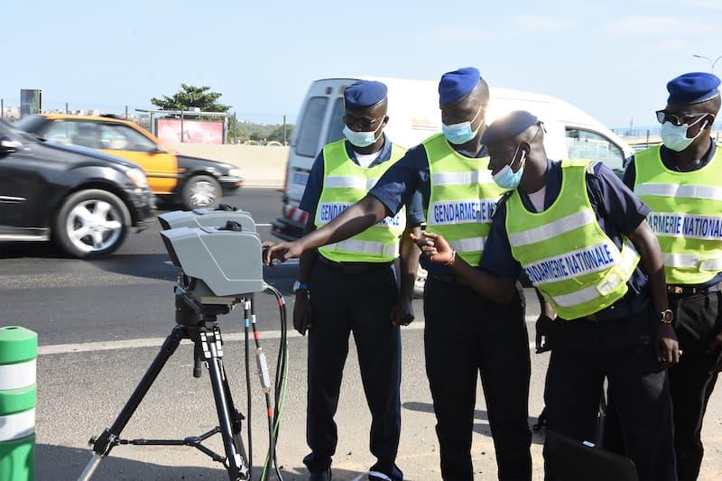 Des gendarmes avec un radar contre les excès de vitesse.