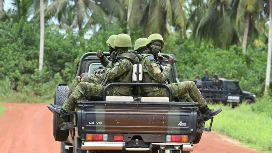 Des soldats dans un vehicule.