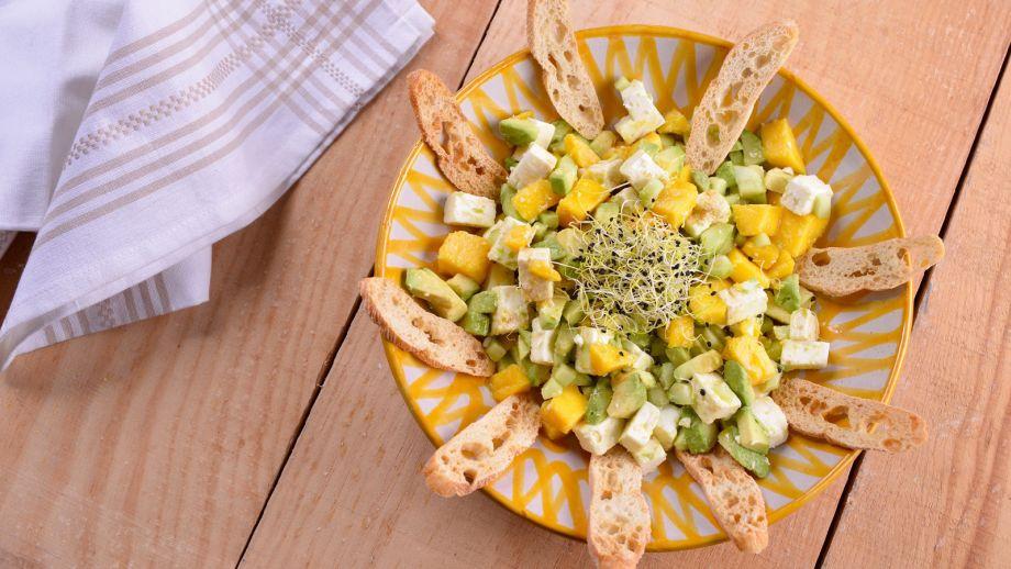 Ensalada de aguacate mango pepino y queso feta  Elena Aymerich  Receta  Canal Cocina