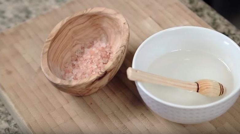 exfoliante de sal y aceite de coco fácil