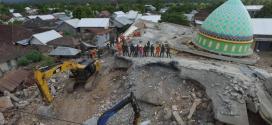 Terremoto en Indonesia deja al menos 300 personas sin vida.