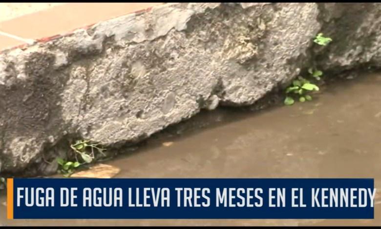 Photo of Fuga de agua lleva tres meses en el barrio Kennedy. El IBAL no responde a las peticiones de la comunidad y la vías se están deteriorando.