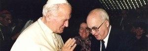 Francisco Canals entrega un volumen de la revista Cristiandad a S. Juan Pablo II, Roma 1989.