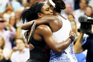 Serena y Venus Williams se abrazan tras un partido del US Open