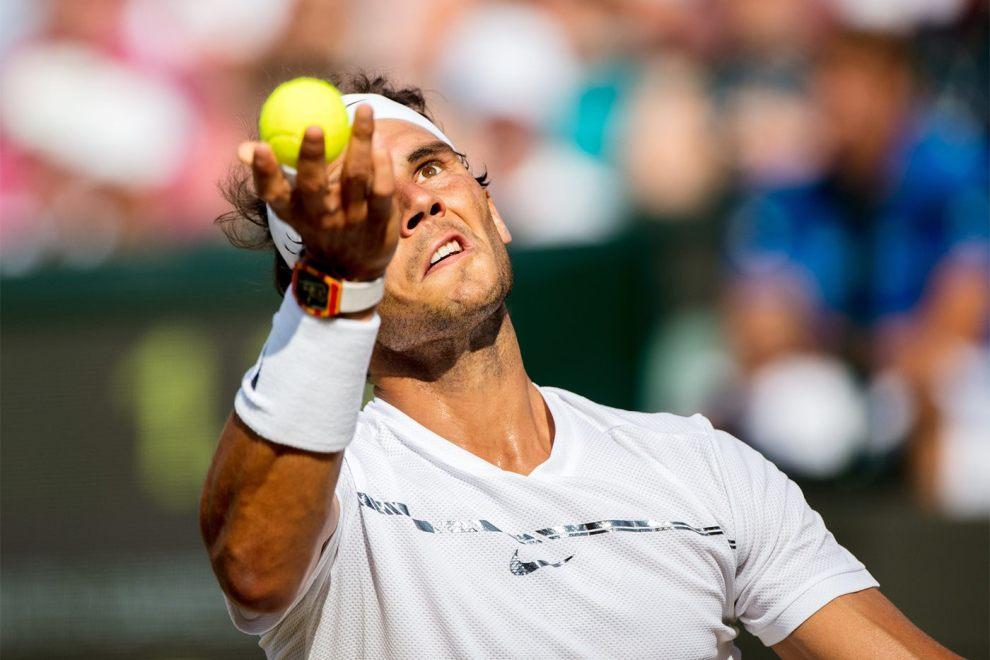 Rafa Nadal realiza un servicio en Wimbledon