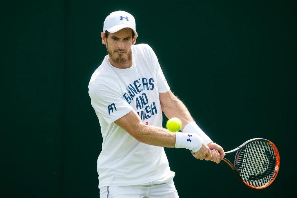 Andy Murray golpea un revés